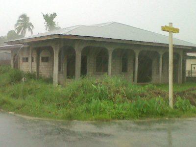 Te koop stenen laagbouw in de boerbuiten aangeboden door beedigd makelaars en taxateurs in Suriname